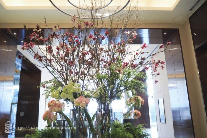 パレスホテル 玄関ロビーの花装飾(2018年1月)