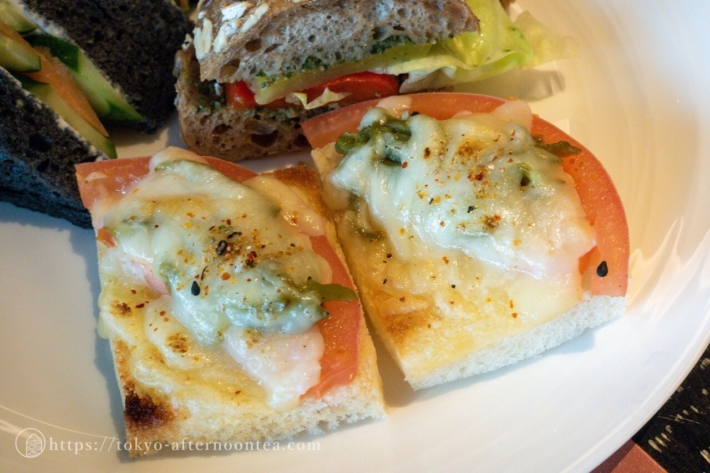 スパイスラボトーキョーアフタヌーンティーのトマト ハラペーニョグリュエールチーズトースト