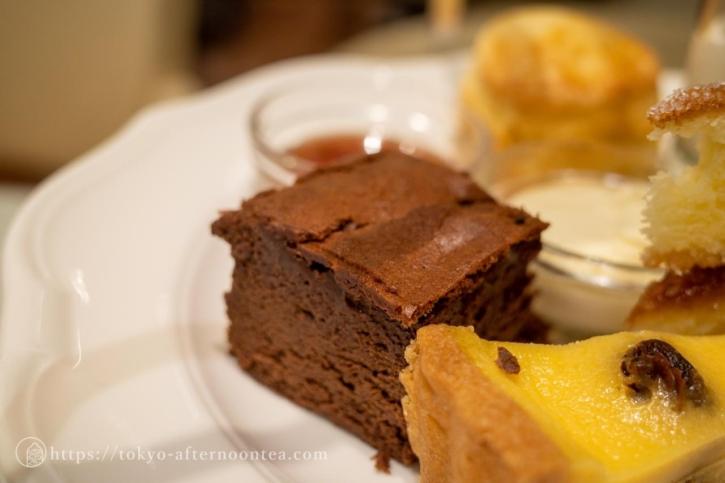 ベイクドチョコレートケーキ(ジュリスティールームスのJuri's フルアフタヌーンティー)