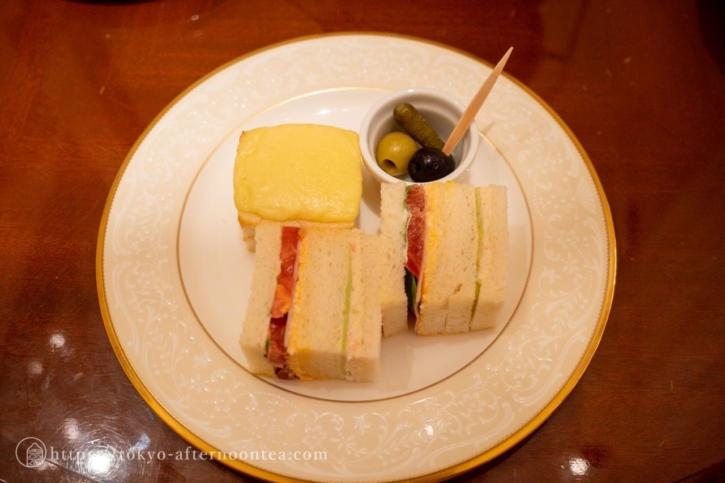 3段ケーキスタンドの下段(ロイヤルクリスタルカフェのハイティーセット)
