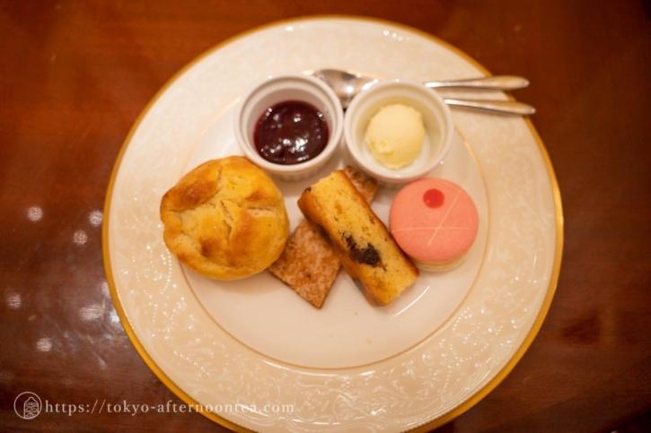 3段ケーキスタンドの中段(ロイヤルクリスタルカフェのハイティーセット)