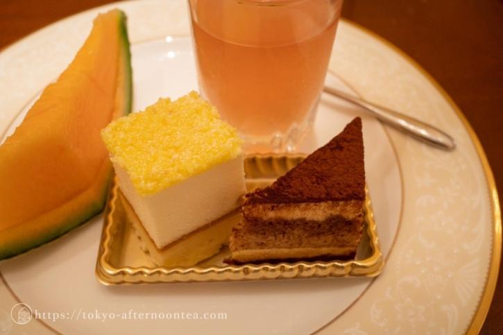 チーズケーキとティラミス(ロイヤルクリスタルカフェのハイティーセット)