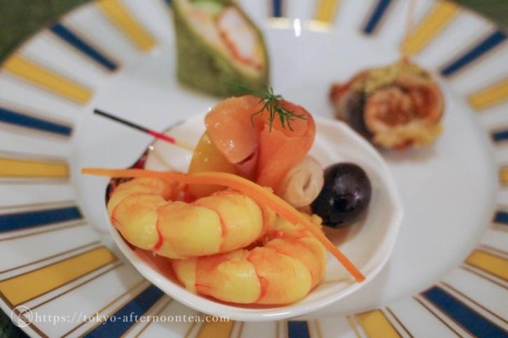 魚介スモークのブロシェット、天使の海老のカルピオーネ(椿山荘のプレミアムイブニングハイティー)