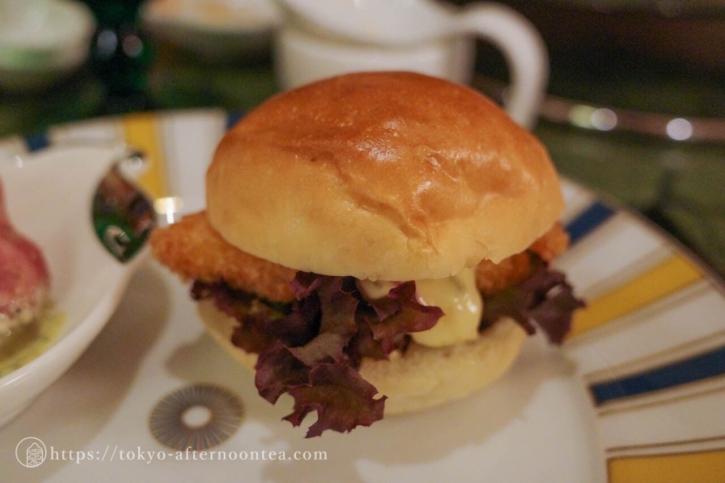 白身魚のハンバーガー(椿山荘のプレミアムイブニングハイティー)