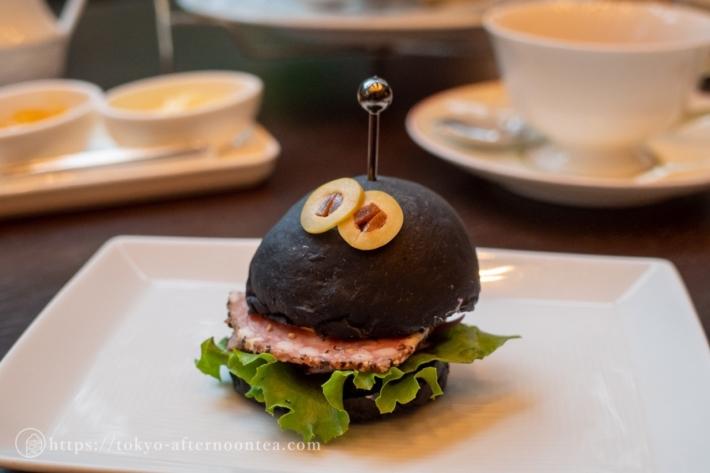 竹炭パンのミニバーガー(セルリアンタワー東急ホテル「坐忘」のハロウィンアフタヌーンティー)