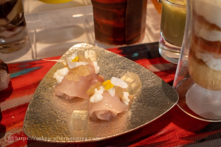 キングフィッシュのクルード(刺身) 生姜とレモングラス トマトコンソメ・山羊のチーズ(キンプトン新宿東京ホテルのアートエキシビジョンアフタヌーンティー)