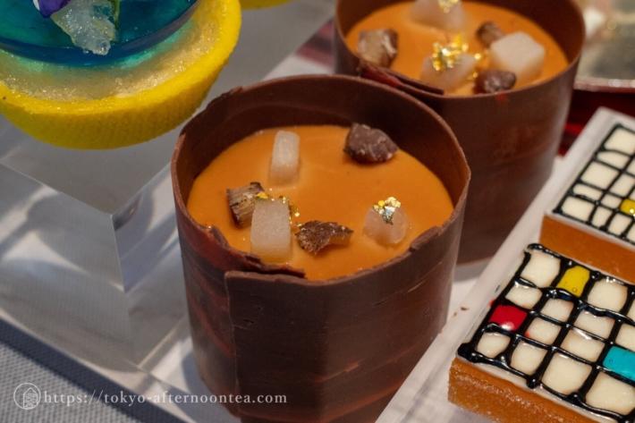 ミルクチョコレート&キャラメルムース(キンプトン新宿東京ホテルのアートエキシビジョンアフタヌーンティー)